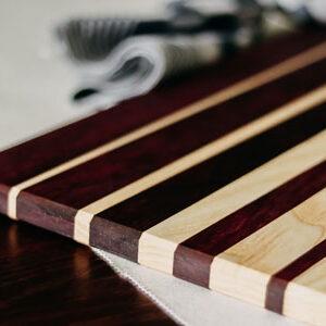 Tapasplank van twee soorten hout en een theedoek
